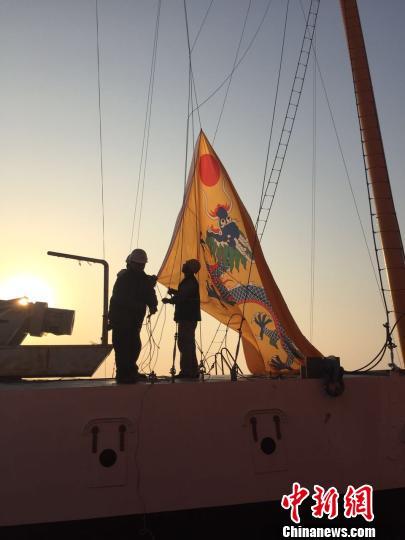 """原文配图:10月1日,""""致远""""纪念舰升起龙旗,准备起航。"""