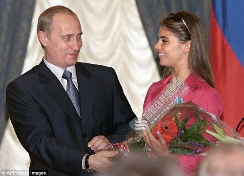 俄罗斯总统普京2013年6月6日宣布和妻子柳德米拉离婚,结束近30年的婚姻。有传言称,普京和俄罗斯艺术体操前世界冠军阿琳娜·卡巴耶娃有染,甚至可能育有私生子。