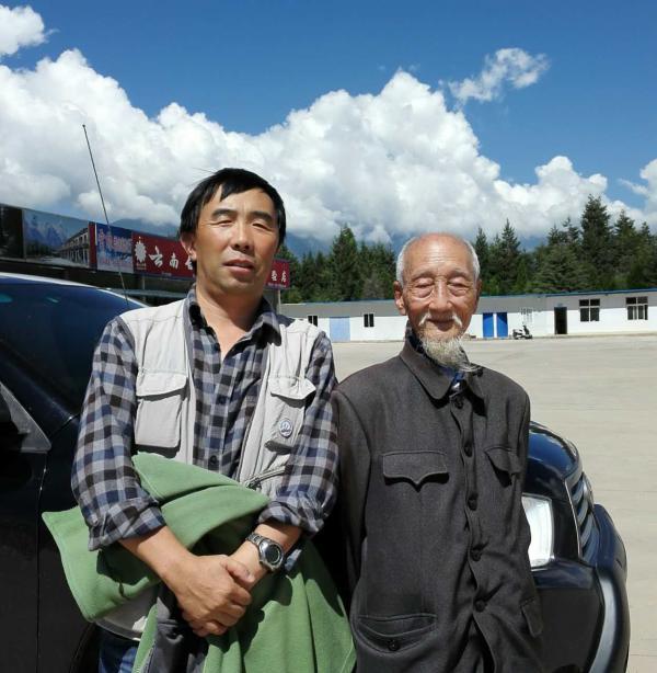 唐新华与老人合影。