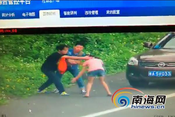 应急车道成比武场,一男一女高速路上停车打架被拍。