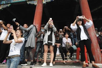 10月2日,景山公园,游客在万春亭上眺望故宫。新京报记者 薛�B 摄