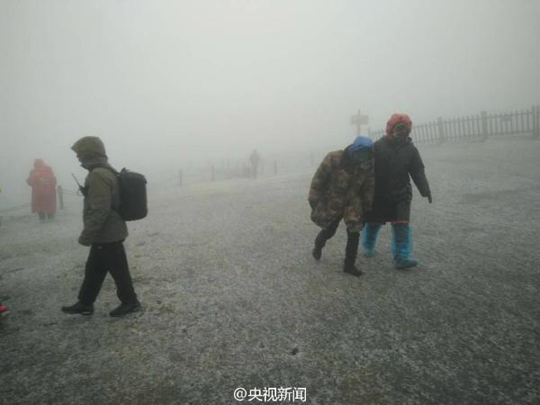 长白山下起今年入秋以来第一场雪,目前景区主峰临时关闭