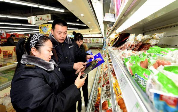 资料图:食品药品监督管理局执法人员在辖区一家超市检查。新华社记者王晓摄