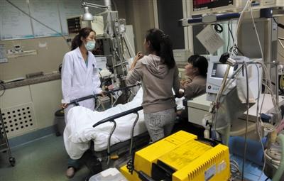 10月1日,北京武警总医院,急诊科值班医生叶慧芳在抢救室与病人家属商讨治疗方案。新京报记者 贺顿 摄