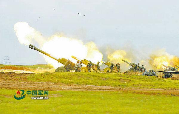 """资料图:该旅火炮群对""""敌""""阵地实施火力覆盖射击。"""