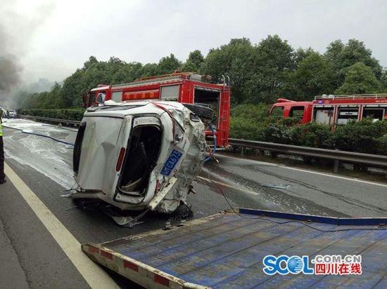 京昆高速绵阳段发生连环车祸 目击者称2车被烧焦