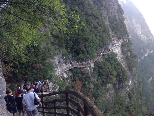栈道外的悬崖峭壁就是吴贵生等蜘蛛人清理垃圾的工作场所。