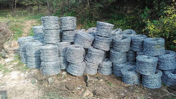 """铁丝网已经运到了""""最美野长城""""山脚下,等水泥桩子都埋好了,就开始安装。"""