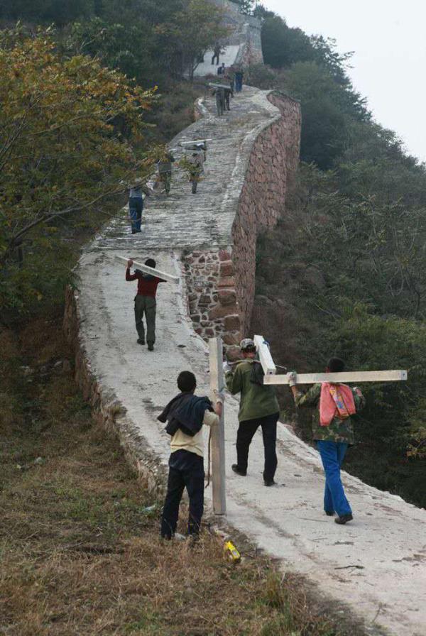 10月3日,锥子山长城大毛山段附近的村民,正把用于围住野长城的水泥桩子往长城的高处运,做施工的准备工作。 本文图片均由澎湃新闻记者 郭琛 拍摄