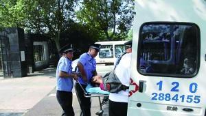 冯姓女子被送至接应的秭归县人民医院120急救车上