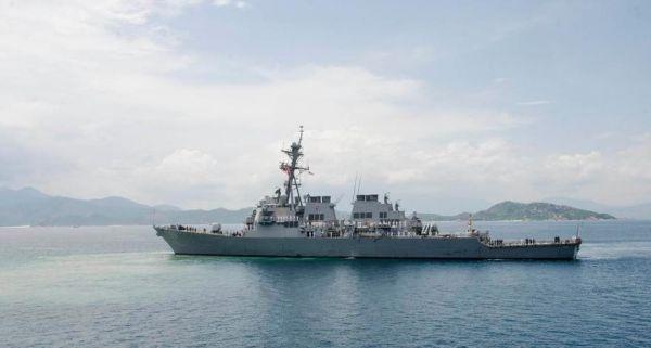 """美国海军导弹驱逐舰""""约翰・S・麦凯恩""""号2日驶入金兰湾。"""