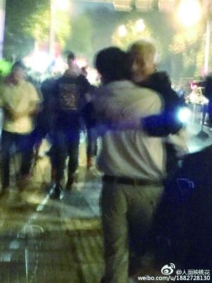男子抱着白发父亲