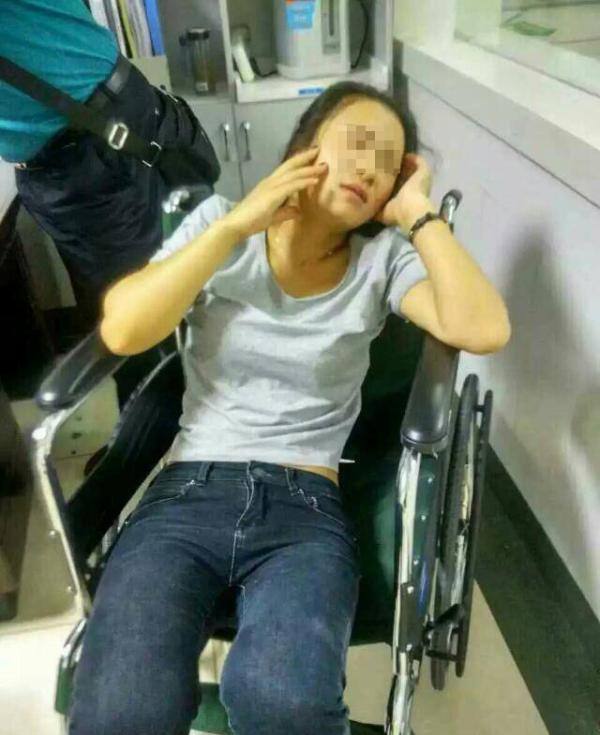 受伤住院的导游黄露。 微博图