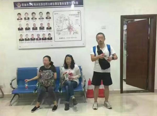 涉事游客及同行人员被带至公安机关。微博图