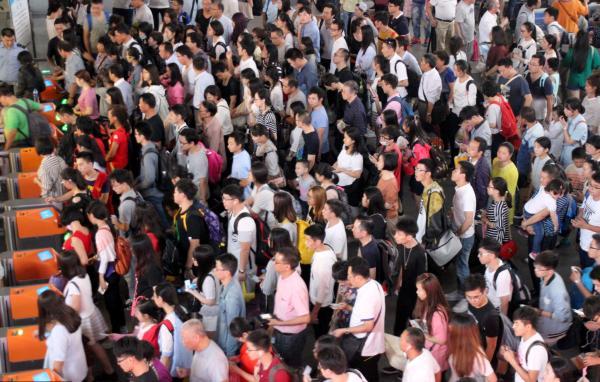 2016年10月06日,江苏苏州火车站迎来返程客流高峰。 视觉中国 图