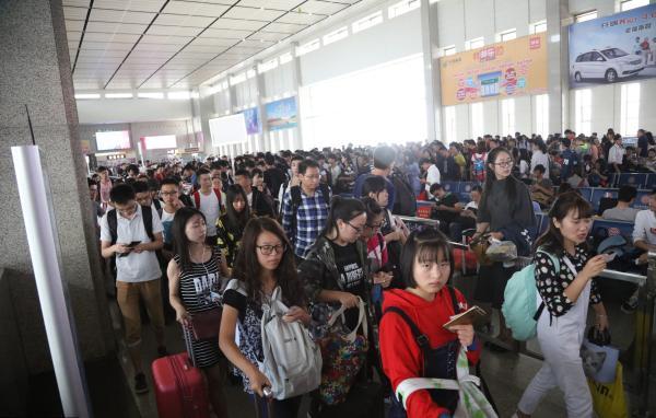 2016年10月6日,湖北宜昌火车东站人潮涌动。 视觉中国 图