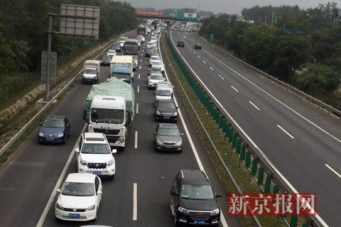 京开高速黄垡桥附近,进京方向车流量大。