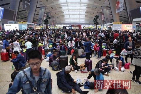 北京南站,候车大厅拥挤。