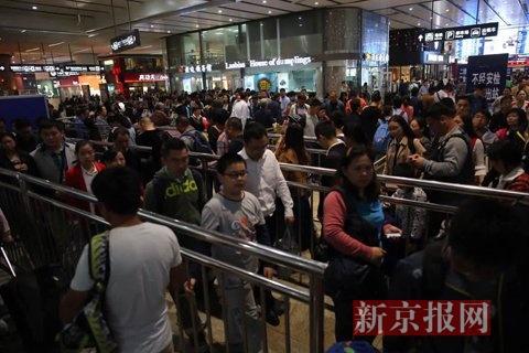 北京南站,进站的乘客排起了长队。