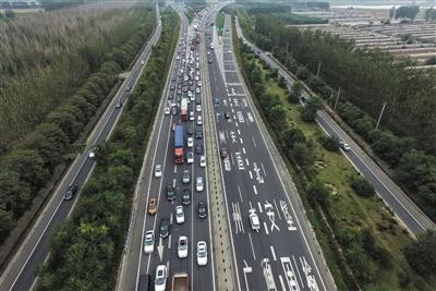10月6日,京开高速黄垡桥段,进京方向车流量大,拥堵严重,出京方向顺畅。