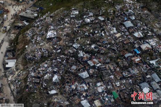 """资料图 飓风""""马修""""横扫海地,桥梁坍塌房屋大片被毁。 视频:飓风""""马修""""直击美国东部 佛州沿海紧急疏散 来源:上海东方高清"""
