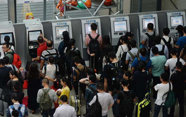 2016年9月30日,乘客在虹桥火车站排队取票。 澎湃新闻见习记者 赖鑫琳 图