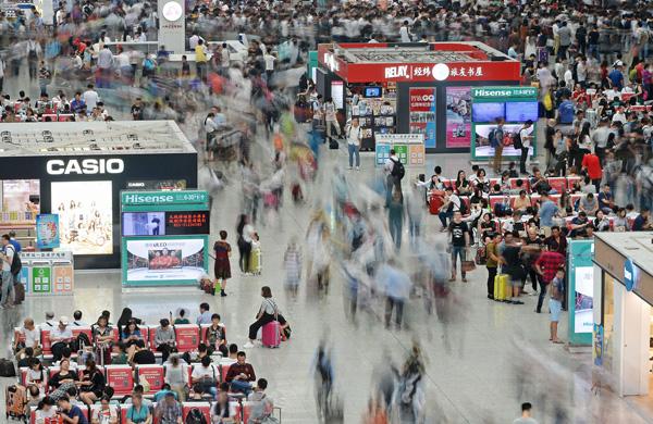 2016年9月30日,虹桥火车站候车大厅人流如潮。 国庆节即将来临,上海迎来出行客流高峰。 澎湃新闻见习记者 赖鑫琳 图