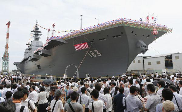 """资料图:日本海上自卫队""""出云""""号直升机航空母舰在神奈川县横滨市举行下水仪式。新华社/美联"""