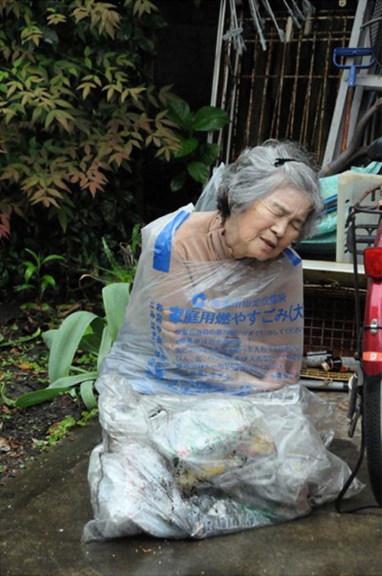 老奶奶受虐照片令人震惊,结果是她自导自演自拍