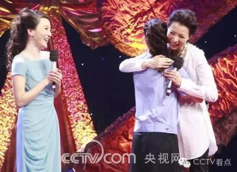 2009年8月,董卿携剧组工作人员走进《与您相约》,纪念《欢乐中国行》开播五周年。节目中,董卿回忆了《欢乐中国行》后台的辛酸往事,并与一位警察粉丝深情拥抱。