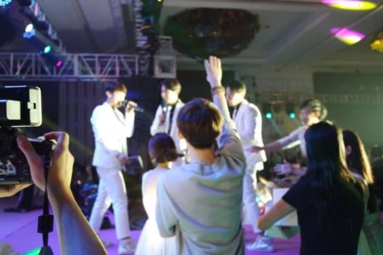 男团Notice上海之行 粉丝上台求抱场面几度失控