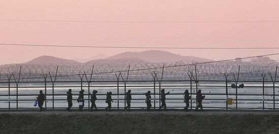韩国士兵在朝韩边境执行警戒任务