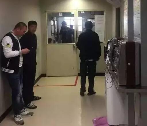 """然而令人意外的是,在成功落地济州岛机场时,韩国边检人员以""""无纸质酒店订单""""为由,对两人赴济州岛旅行动机提出质疑,当即没收了护照和返程机票,并将两人关进了机场""""小黑屋""""。"""