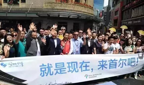 因受中东呼吸综合征(MERS)影响,去年上半年中国赴韩游客大幅下降。当年8月,为重拾中国民众对韩国旅游市场的信心,首尔市长朴元淳接连访问中国广州、上海、北京三个城市,只为专递一个信息:首尔现在很安全,请放心来旅游。