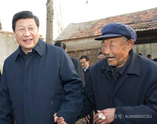 """(2013年11月24日至28日,习近平在山东考察。25日下午,他在地处沂蒙老区的临沭县曹庄镇朱村亲切地拉着时年83岁的""""老支前""""王克昌的手去他家看望)"""