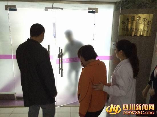 """王中奎夫妇在医院守候了6天,儿子的伤情依然被诊断为""""不可逆""""。"""