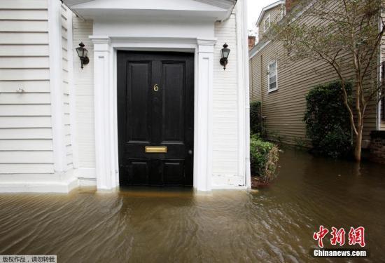 """10月9日音讯,大西洋近10年来最强飓风""""马修""""在加勒比海形成严重毁坏后,本月7日起又登岸美国东岸,此中佛罗里达州首战之地。"""