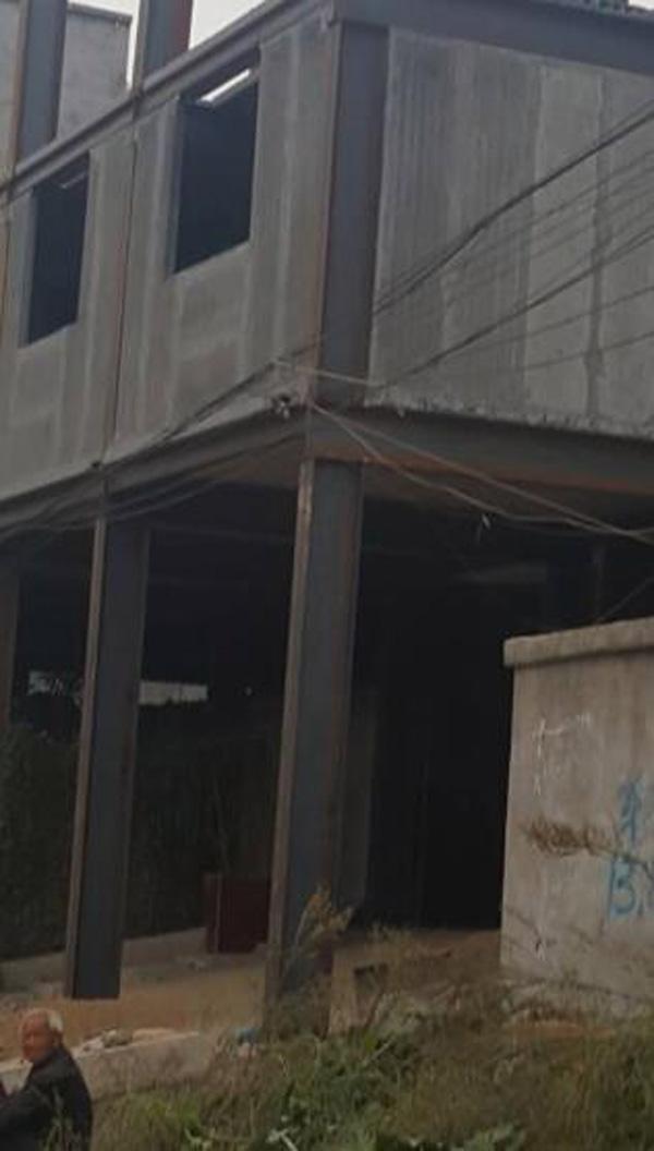 事发时刻约莫在上午10点摆布,其时一乡民为多获国度抵偿,请人加盖屋宇,加盖到第三层,楼板忽然掉落,砸向二楼,致屋宇崩塌,多人被埋。