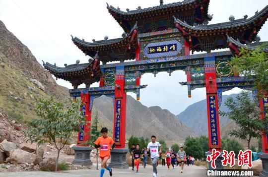 """10月9日,来自北京、河北、青海、西安以及兰州的600余名登山爱好者齐聚甘肃临夏州永靖县吧咪山,登山竞技庆祝""""重阳节"""",旨在倡导全民健身理念。 崔琳 摄"""