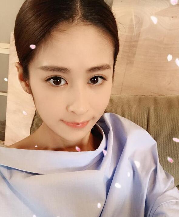 内地八卦    搜狐娱乐讯 10月10日,颖儿在微博上晒出躺在医院的照片
