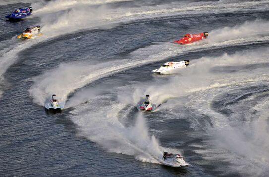 """F1摩托艇被誉为""""水上超音速战斗机"""",最高时速可达280公里/小时"""