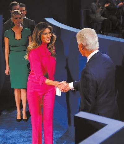 美国大选第二场辩论开始前,克林顿与特朗普的妻子梅拉尼娅握手。图/东方IC