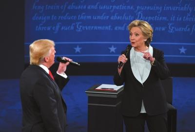 特朗普(左)和希拉里·克林顿在美国总统候选人第二场电视辩论中。新华社发