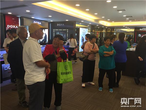 山东游客在强制消费的名表店坚持站着耗时间