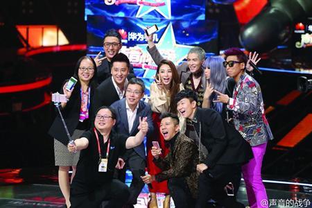 经历了素人比赛、歌手比赛、歌手带着素人比赛,2016年的第四季度,迎来了第一档素人和歌手同台竞技的综艺节目――浙江卫视《声音的战争》。昨天,《声音的战争》在杭州临安召开新闻发布会,五大导师张惠妹、羽泉组合、萧敬腾、田馥甄和林俊杰现身,并共同参与了节目录制启动仪式。该节目将于10月中旬起每周五晚在浙江卫视播出。