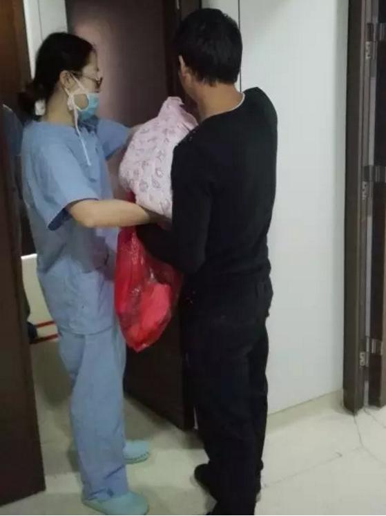 """护士向 """"小爸爸""""交代孩子养育注意事项"""
