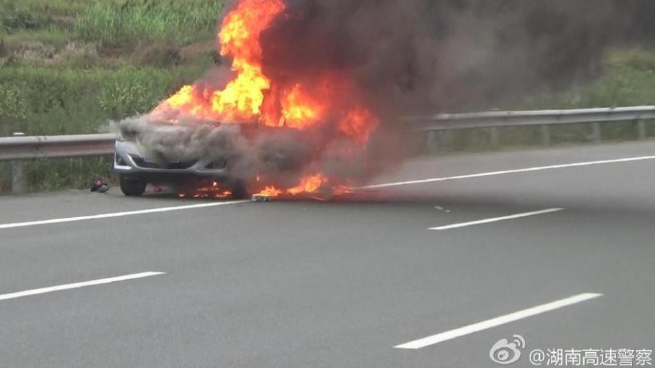 近日,湖南一高速路上,一小车自燃火势汹汹,有市民见此纷纷把车停在应急车道看热闹,嗑瓜子拍照,警察几番劝离都不为所动。这么做不仅危险,最终也被警察记6分,罚款200元。