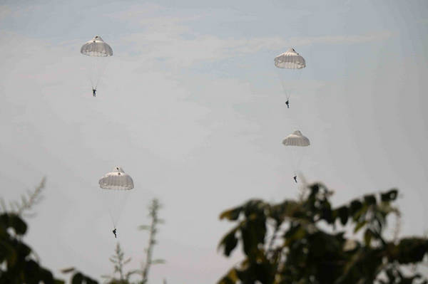 队员操作降落伞飞过丛林.-31军特战旅水上伞降3列兵首尝鲜 惊呼