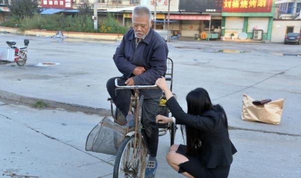 女子扶摔倒老人被质疑想当网红,老人现身作证:不能冤枉好人