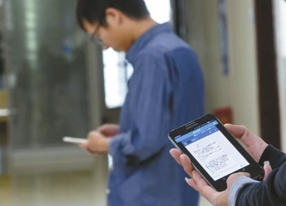 本报记者试验,A手机装置监控软件后,就能及时监看到B手机的在线配资 。